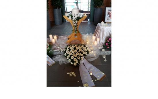 Urnenkranz (Orchideen) mit Herz Gerbera